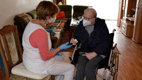 Betreuung zu Hause: Die Sozialstation in Messel macht das seit mehr als 100 Jahren möglich. Foto: Elke Burkholz