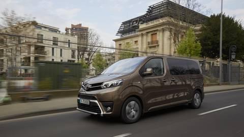 Beim Toyota Proace Electric – hier die Passagierversion Verso – sind die Batterieelemente im Fahrzeugboden verbaut. Deshalb gibt es keine Einschränkungen im Platzangebot. Foto: Toyota