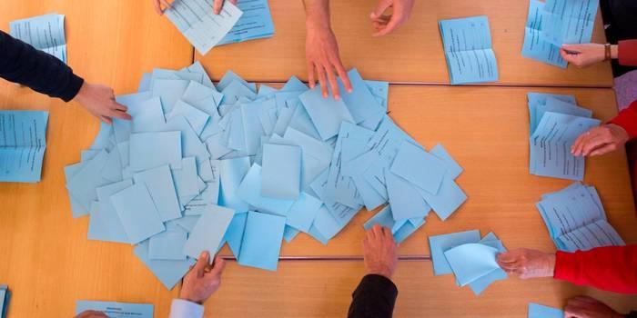 Stimmen auszählen: Kommunen sind auf der Suche nach Wahlhelfern.  Symbolfoto: Michael Reichel/dpa