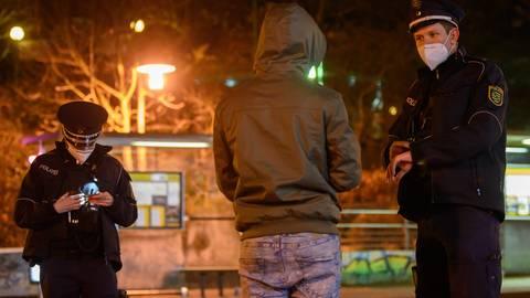 Wegen der Corona-Pandemie gilt seit Montag im Kreis Darmstadt-Dieburg eine Ausgangssperre. Polizei und Ordnungsamt kontrollieren, ob sich die Menschen daran halten. Symbolfoto: dpa