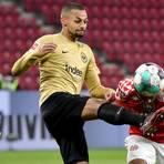 Im Hinspiel hatten Djibril Sow (links) und die Eintracht gegen Leandro Barreiro und die 05er die Nase mit 2:0 vorne. Foto: dpa