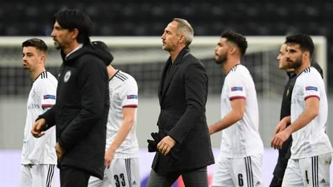 SGE-Trainer Adi Hütter (Mitte) geht nach der  Frankfurter 0:3-Niederlage gegen Basel vom Platz. Die SGE erhielt derweil eine Geldstrafe der Uefa - mal wieder. Foto: dpa