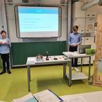 Schüler der Idsteiner Montessori-Schule präsentieren ihren Entwurf einer automatischen Hühnerklappe. Foto: Montessori-Schule