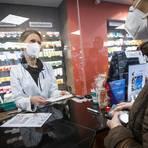 """Apothekerin Martina Kallus gibt in der """"Medicum""""-Apotheke seit Dienstag FFP2-Masken an Menschen über 60 Jahren und chronisch Kranke aus. Foto: Lukas Görlach"""