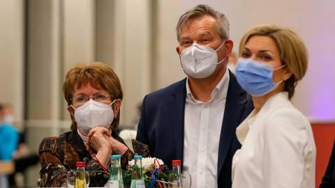 Zufrieden: Renate Bastian (v.l.), Dr. Thomas Spies, Nadine Bernshausen. Foto: Tobias Hirsch