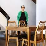 Der Tisch verändert den Raum, der Raum verändert die Wahrnehmung des Tisches: Inna Wöllert, die als Künstlerin unter dem Namen Karwath+Todisko arbeitet, in ihrer Installation im Atelierhaus LEW1. Foto: Andreas Kelm