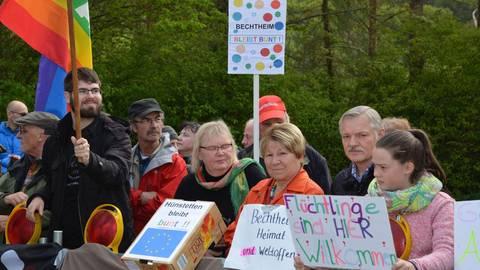 Mit ihren Plakaten demonstrieren Menschen in Bechtheim gegen eine Wahlkampfveranstaltung der AfD im Bürgerhaus. Foto: Stefan Gärth