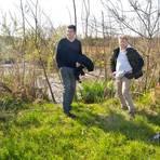 Patrick Steinmetz, Markus Römermann und Benjamin Schepens (von links) bei der Ortsbegehung des renaturierten Teils des Erbsenbaches. Foto: Ulrike Bernauer