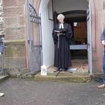 Gedenken der Opfer von Corona in  Arnshain: Ortsvorsteher Dieter Wössner (rechts) mit Pfarrer Frank Hammel. Foto: Privat/Hammel