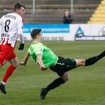 Stadtallendorfs Ben-Luca Fisher, hier beim Gastspiel in Gießen, blieb mit der Eintracht am Samstag auch beim Bahlinger SC ohne Erfolgserlebnis.  Archivfoto: Ben