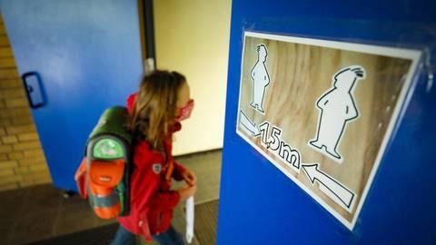 Ab Montag starten die Grundschulen in Rheinland-Pfalz in den Wechselunterricht. Maske tragen, Hände waschen und Abstand halten gehören zum Schulalltag dazu. Archivfoto: Sascha Kopp