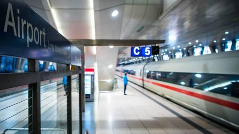Ein ICE fährt in den Frankfurter Fernbahnhof am Flughafen ein. Foto: dpa