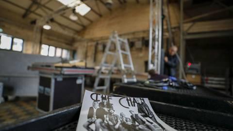 Eine professionelle Vermarktung gehört auch für eine Tribute-Band wie The Chain dazu, mit Postern, Stickern und T-Shirts.  Foto: Torsten Boor