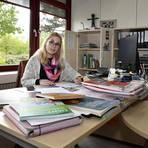 Daniela Hock, Schulleiterin der Sonnenberg-Realschule plus in Langenlonsheim, korrigiert Klassenarbeiten. Foto: Isabel Mittler