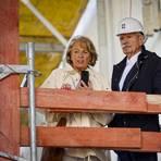 Sonja und Reinhard Ernst lassen sich den Einzug der Kunst nicht entgehen.Alle Fotos: Sascha Kopp