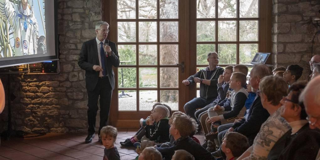 Gebannt hängen die Zuhörer in Undenheim anThomas Reiters Lippen, als er aus dem All erzählt. Fotos: hbz/Sämmer; Archivfotos: ESA, dpa