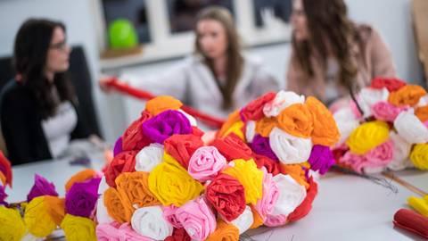 Das Rosenbinden für die Kerwe hat in Hambach Tradition. In diesem Jahr wurden die Vorbereitungen aber bereits Mitte März auf Eis gelegt – wegen Corona. Archivfoto: Sascha Lotz