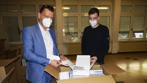 Corona-Stabsstellenleiter Ron Budschat (links) und Tim Eigelsbach, Leiter der Abstrichstation in Windesheim, konnten mittlerweile mehr als 8000 Personen auf das Coronavirus testen. Jeder achte Test war positiv. Foto: Wolfgang Bartels