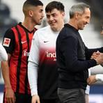 Frankfurts Trainer Adi Hütter freut sich nach dem Spiel gegen Bayern München mit Amin Younes über den 2:1-Sieg. Foto: dpa