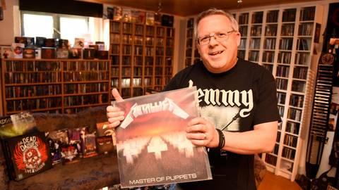 """Sein Favorit: """"Master of Puppets"""" von """"Metallica"""". Andreas Richter aus Sinn ist Heavy-Metal-Fan. Seine Sammlung umfasst rund 17 000 Alben. Foto: Katrin Weber"""