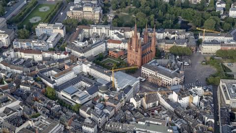 Wiesbaden von oben: Auch auf die hessische Landeshauptstadt hat die Bundes-Notbremse Auswirkungen. Archivfoto: Sascha Kopp