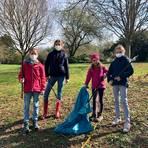 """Familienangehörige haben in kleinen Gruppen an der Müllsammelaktion im """"Paradies"""" teilgenommen. Foto: Stadt Limburg"""