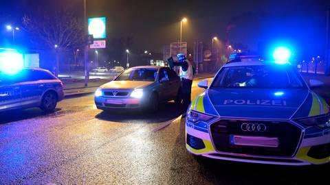 Für die Polizei ist es ein personelles Ding der Unmöglichkeit, dauerhaft Autofahrer auf deren Distanz zum Wohnort zu kontrollieren. Regelmäßige Stichproben sind allerdings angedacht.   Symbolfoto: Alfred Gerold
