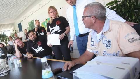 Am Montag sind die gesammelten Unterschriften zum Bürgerbegehren zum geplanten Hai-Aquarium an Bürgermeister Patrick Koch (Zweiter von rechts) übergeben worden. Foto: Karl-Heinz Bärtl