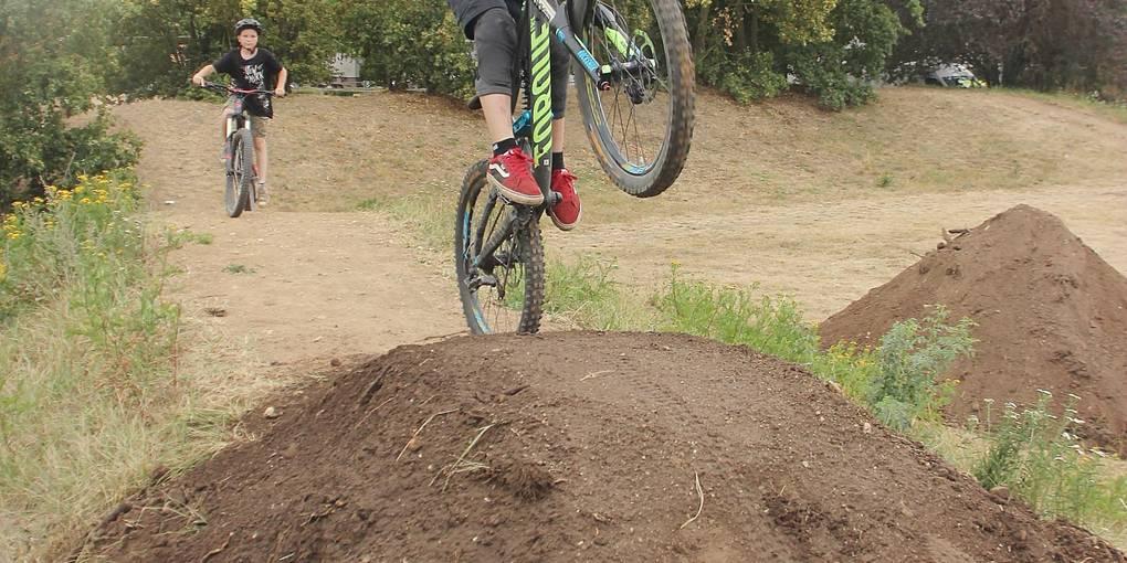 Thore prüft vor der Eröffnung die Sprungschanze auf ihren Zustand – natürlich per BMX-Rad. Fotos: Steffen Thimm