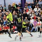 Die Fans sind ein großer Rückhalt für die Handballer der HSG Bieberau/Modau, für die hier Jonas Dambach  zum Wurf ansetzt. Bis die Tribünen wieder besetzt oder gar so voll sein dürfen wie in diesem Spiel der vergangenen Saison, wird es aber noch lange dauern. Archivfoto: Jürgen Pfliegensdörfer