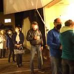 Die 250 Dunksel-Vorbestellungen wurden am Dienstagabend vor dem Bickenbacher Rathaus ausgegeben. Foto: Karl-Heinz Bärtl