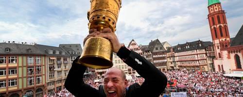 20. Mai 2018: : Peter Fischer, Präsident von Eintracht Frankfurt, hält auf dem Balkon des Römer den DFB Pokal in den Händen. Eintracht Frankfurt hat das Finale des DFB-Pokals mit 3:1 gegen den FC Bayern München gewonnen.  Archivfoto: dpa