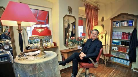 Friseur Berthold Breitmann in seinem Salon mit der besonderen Atmosphäre, den er seit 23 Jahren führt. Foto: hbz/Michael Bahr