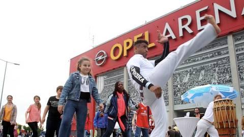 """Polizei und die Opferschutzorganisation """"Weißer Ring"""" beteiligten sich mit Vorführungen und Info-Ständen am Aktionstag rund um die Opel Arena.Foto:  hbz/Jörg Henkel  Foto:  hbz/Jörg Henkel"""