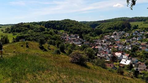 Vom Läuseköppel aus überblickt man ganz Steinperf und wandelt wie auf einem Bergkamm über dem Dorf. Foto: Sascha Valentin