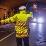 Polizei und Ordnungsamt kontrollieren unter der Theodor-Heuss-Brücke, ob die Corona-Auflagen eingehalten werden. Foto: Harald Kaster