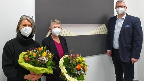 Künstlerin Claudia Poeschmann (links), Kunstliebhaberin Heidrun Feine und Hochheims Bürgermeister Dirk Westedt bei der Bildübergabe im Rathaus. Foto: Vollformat/Samantha Pflug