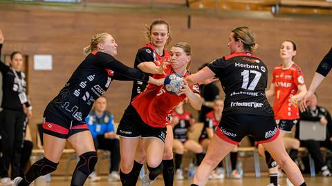 Am 28. März, bei der 23:30-Niederlage gegen die SG Bietigheim, waren die Bundesliga-Handballerinnen der HSG Bensheim/Auerbach (links Christin Kühlborn, rechts Lisa Friedberger) letztmals im Einsatz. Foto: Marco Wolf