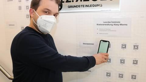 Tobias Rohrwick, Verwaltungsleiter des Gesundheitsamtes Alzey-Worms, testet die Luca-App. Foto: Simone Stier