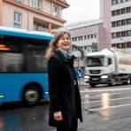 """Am """"Postknoten, wo sich die Bundesstraßen 3 und 460 kreuzen, wünscht sich Ulrike Janßen, Spitzenkandidatin der WG LIZ, einen """"urbanen Platz"""" anstelle eines Verkehrsknotenpunktes. Foto: Sascha Lotz"""