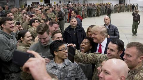 Da war von Abzug noch keine Rede: US-Präsident Donald Trump Ende 2018 bei einem überraschenden Blitzebesuch in Ramstein. Archivfoto: dpa