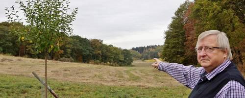 Roths Ortsbürgermeister Helmut Höning zeigt die Fläche bei Roth, direkt hinter der Autobahn, auf der die Photovoltaikanlagen bald stehen sollen. Foto: Sonja Flick