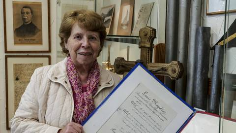 Sigrid Gebhardt, zweite Vorsitzende des Kostheimer Heimatvereins, erinnert an Napoleons Verbindung zu Kostheim. Foto: hbz/Sämmer