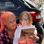 Freudestrahlend: die sieben Jahre alte Summer und ihre Mutter, Janine Czmer. Fotos: Weitzel
