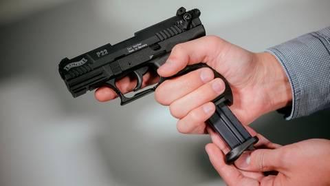 Mit einer Schreckschusswaffe hat der 24-Jährige einem Mann auf dem Kopf geschlagen. Jetzt kommt noch eine weitere Straftat dazu. Symbolfoto: dpa