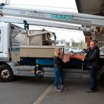 Dachdeckermeister Berthold Staubach und seine Tochter Carolin sprechen über den Einsatz notwendiger Materialien für eine neue Baustelle. Foto: Linda Buchhammer