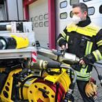 Wehrleiter Stefan Schramm kontrolliert den Rüstsatz mit Hydraulik-Spreizer. Foto: Thomas Schmidt