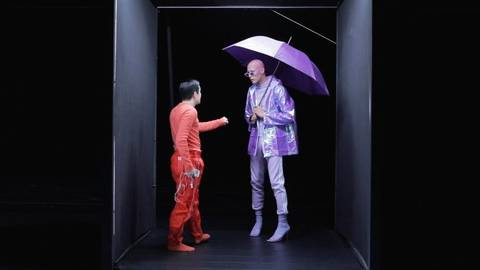 Die Lust auf Nähe ist enorm: Masayoshi Katori (links) und Ramon John tanzen eine Zwei-Mann-Party. Foto: DeDa Productions