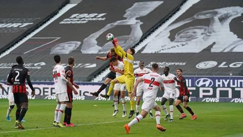 Stuttgarts Torwart Gregor Kobel (Mitte) versucht einen Ball wegzufausten. Foto: dpa