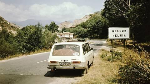 Mit vollgepacktem Kofferraum geht es durch Melnik in Bulgarien. Foto: Heidrun Braun